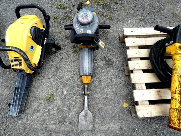 Tractopelle avec marteau piqueur